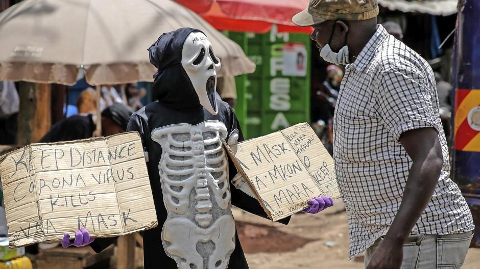 Dieser Aktivist schlüpft ins Kostüm, um in Kibera, einem Slum von Nairobi, über Covid-19 und Schutzmaßnahmen aufzuklären.