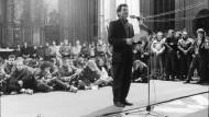 Joachim Gauck spricht im Herbst 1989 in der Marienkirche in Rostock.