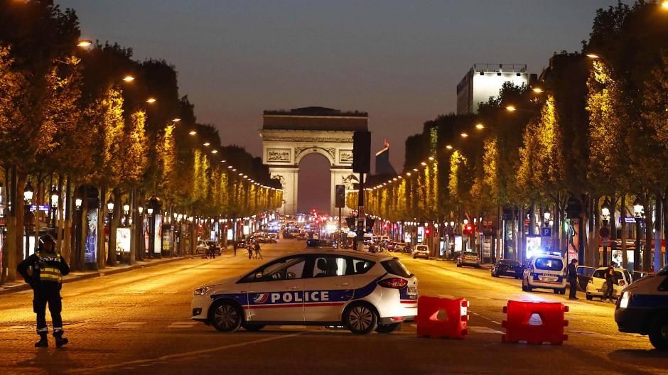 Die Polizei sperrte die Champs-Elysées nach der Attacke ab