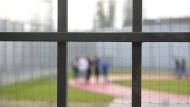Hinter Gittern: Nach Verbüßung der Haftstrafe kommt der Täter zur Sicherungsverwahrung in eine psychiatrische Anstalt.