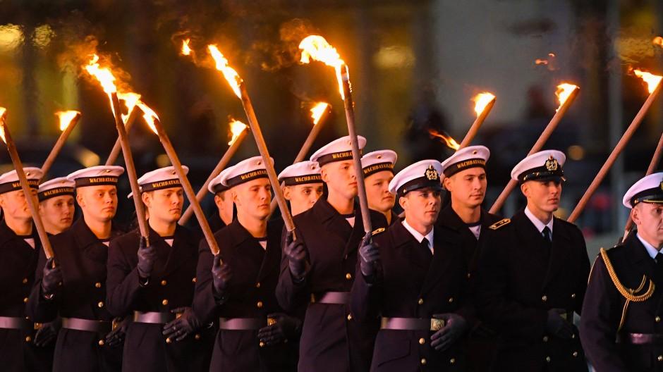 Soldaten laufen beim Großen Zapfenstreich in Berlin.