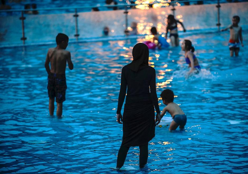 frau mit kopftuch im schwimmbad humboldthain in berlin On schwimmbad humboldthain