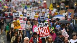Zehntausende demonstrieren gegen Trump