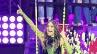 """Für die Jugend vollgespritzt: Heidi Klum lässt sich bei der Verleihung der """"Nickelodeon Kids' Choice Awards"""" mit grünem Schleim überschütten. Der Kontakt zu """"Teenie-Schwarm"""" Tom Kaulitz scheint ihre jugendliche Ader zum Vorschein zu bringen."""