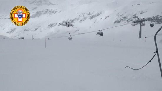 Hubschrauber rettet Skifahrer aus Sessellift