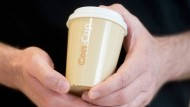 Milchkaffeebraun: der Mehrwegbecher von Dan Brandes