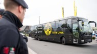Nach der Explosionen am Mannschaftsbus des Dortmunder Bundesligavereins ist das Polizeiaufgebot stetig gewachsen.