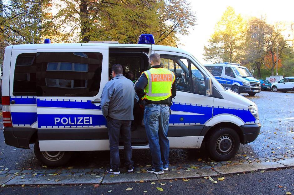 Anfang November führten Polizisten in mehreren sächsischen Städten wie hier in Dresden sowie in Thüringen und Rheinland-Pfalz Razzien gegen Asylbewerber vor allem aus Tschetschenien durch.