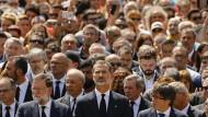 König Felipe VI und Ministerpräsident Mariano Rajoy (links) gedenken mit vielen Menschen der Opfer des Terroranschlags in einer Schweigeminute.