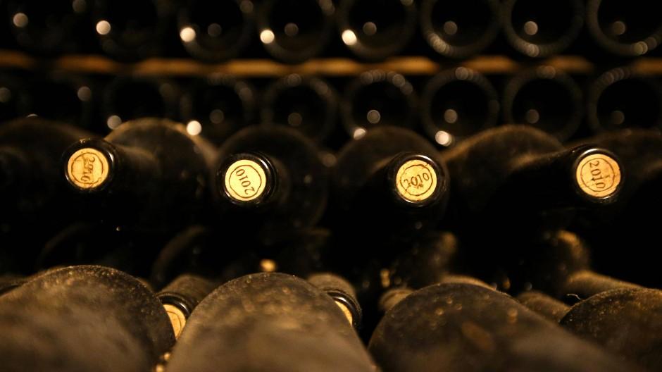 Rotweinflaschen in einem antiken Tunnel im östlichen Libanon.