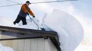 Japaner kämpfen mit enormen Schneemassen