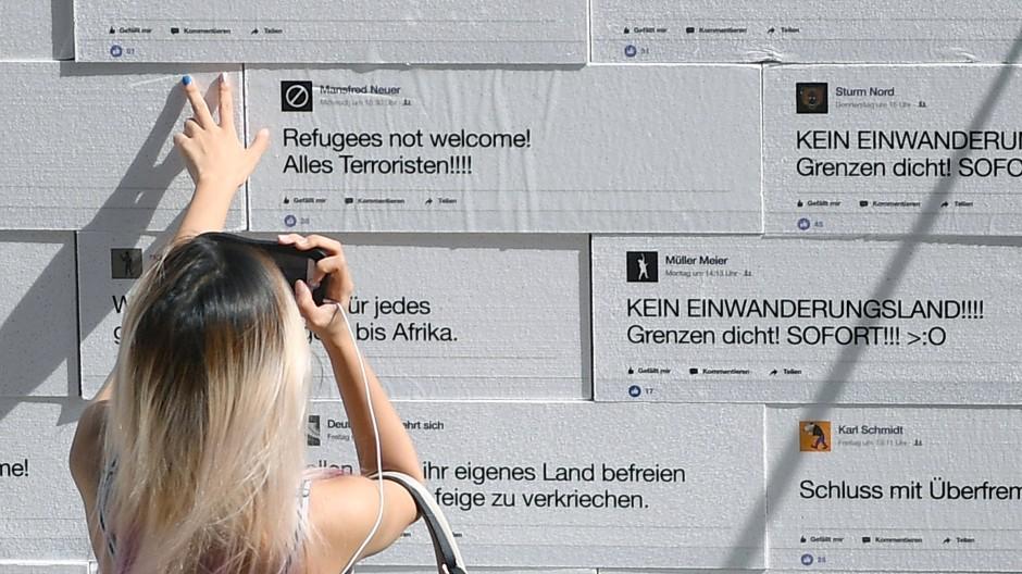 Hassbotschaften im Netz wirken auch in der analogen Welt: Mauer auf dem Gendarmenmarkt in Berlin (Archivbild)