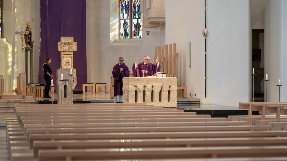 Drei sind beisammen: Der Bischof von Rottenburg-Stuttgart, Gebhard Fürst, feiert am 22. März 2020 im Rottenburger Dom die heilige Messe ohne Gläubige.