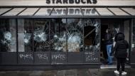 An Dutzenden von Geschäften in Paris wurden die Schaufenster zerschlagen und es kam wieder zu Plünderungen.