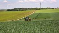 Landwirt Axel Dettweiler spritzt Fungizide auf ein Weizenfeld bei Dalheim.