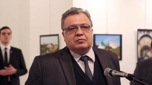 Türkischer Polizist erschießt russischen Botschafter in Ankara