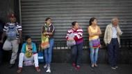 In Venezuelas Hauptstadt Caracas warten die Menschen in der Schlange auf ihre Lebensmittel zum Festpreis – teils mehr als eine Stunde.