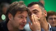 Cem Özdemir (rechts) flüstert Robert Habeck auf dem Parteitag im November etwas zu. Was er wohl gesagt hat?