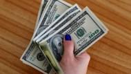 US-Dollar Scheine. Der Dollar hält weiter die Vormachtstellung auf dem globalen Finanzmarkt.