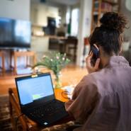Multitasking im Homeoffice: Der direkte Kontakt zu den Kollegen ist durch die Entfernung erschwert. (Symbolbild)
