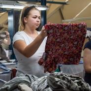 Jeder Mitarbeiterin oder Mitarbeiter ist Spezialist für bestimmte Kleidungsarten.