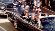 John F. Kennedy mit seiner Frau Jaqueline kurz vor dem Attentat in Dallas am 22. November 1963