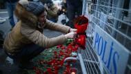 """Eine Frau legt am Sonntag Blumen in unmittelbarer Nähe des Istanbuler Nachtklubs """"Reina"""" ab"""