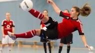 Volltreffer: Glücklich sind die jungen Fußballerinnen der Carl-von-Weinberg-Schule, die eine große Halle haben.