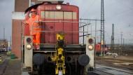 In voller Montur: Auszubildende Daniela Müller auf einer der Dieselloks im Güterbahnhof