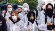 Der Haupteingang der Messe wird am Sonntagmorgen von Klimaaktivisten blockiert.