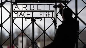 Gestohlenes Tor zurück in KZ-Gedenkstätte
