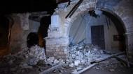 Durch die Erdstöße zerstörtes Gebäude bei Visso