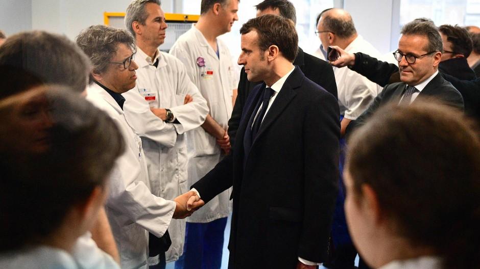 Der französische Präsident Emmanuel Macron besucht ein Krankenhaus in Paris.