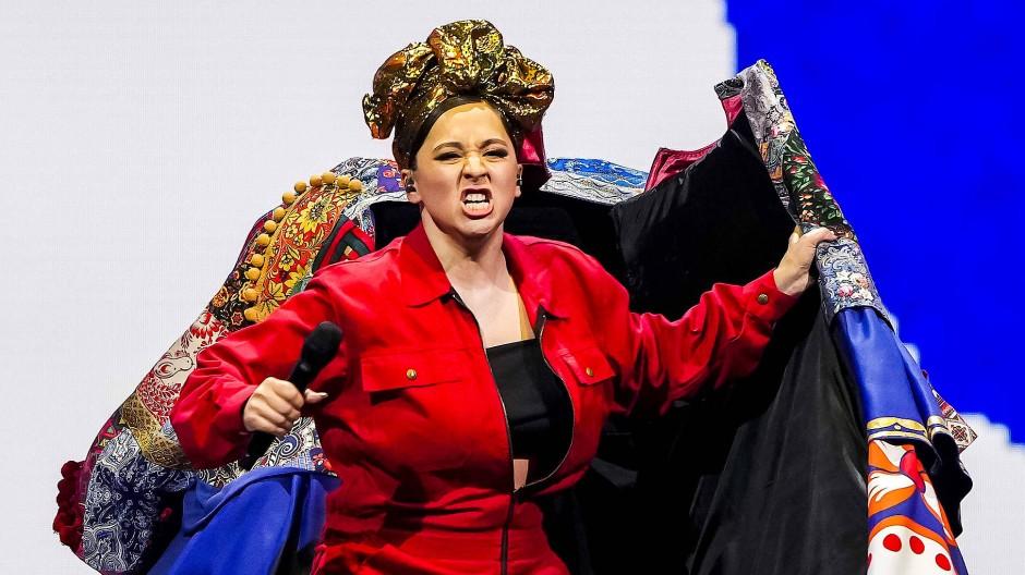 Kämpferische Arbeiterin im roten Overall: Manizha beim Songwettbewerb der Eurovision.