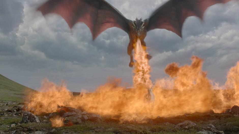 """Hat Kinopotential: Einer der Drachen aus """"Game of Thrones"""" wütet in einer der schönen Landschaften."""