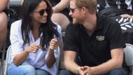 Prinz Harry und Meghan Markle sitzen 2017 auf der Tribüne bei den Invictus Games in Toronto – es ist ihr erster gemeinsamer Auftritt als Paar in der Öffentlichkeit.