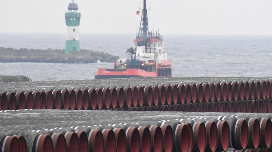 Rohre für die Ostsee-Gaspipeline Nord Stream 2 werden auf dem Gelände des Hafens Mukran bei Sassnitz gelagert.