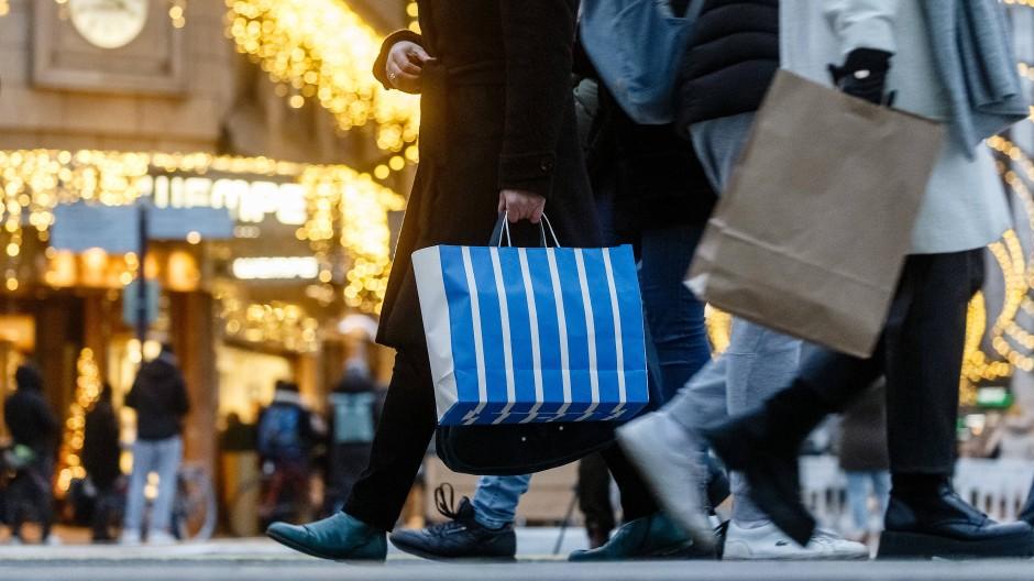 Ein Bild aus Hamburg: Menschen gehen vor dem 3. Advent mit Einkaufstüten durch die Innenstadt.
