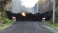 Lavastrom blockiert eine Straße