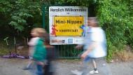 Hereinspaziert: Am Ortsschild von Mini-Nippes beginnt die Kinderstadt.