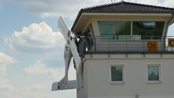 Kleinflugzeug fliegt in Tower von Flugplatz