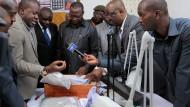 Der Finanzminister von Tansania,  Philip Mpango, begutachtet die beschlagnahmten Steine.