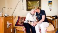 Gefährdete Zuwendung: Landärztin Silvia Steinebach besucht eine Patientin in einem Alters- und Pflegeheim