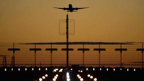 Mann funkt Flugzeugpiloten an und gibt gefährliche Anweisungen
