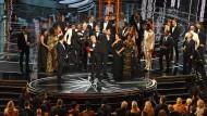 Einen Moment lang teilen sich die beiden großen Gewinner des Abends die Bühne: Verwirrung um den Oscar für den besten Film.