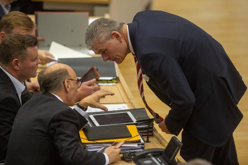 Der Fraktionsvorsitzende der CDU, Siegfried Borgwardt, und der Innenminister Holger Stahlknecht (CDU) vor Beginn der Landtagssitzung vergangene Woche