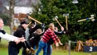 """Fliegende Äxte: Auf dem Trainingsgelände der """"Asgard Throwers"""" geben die Vereinsmitglieder die Wurfgeräte im richtigen Moment aus den Händen."""