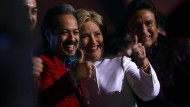 """Auch nach drei Fernsehdebatten nicht beliebter, aber gegenüber Trump die """"Stimme der Vernunft"""": Hillary Clinton nach dem Duell in Las Vegas mit Unterstützern"""