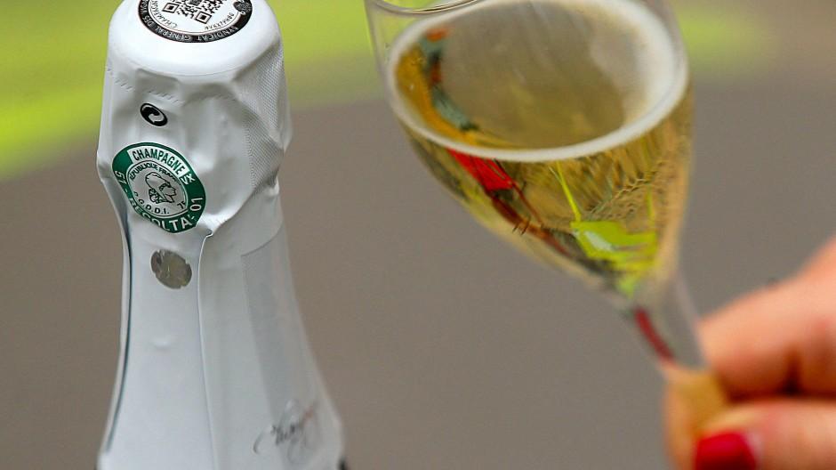 """Verwechslungsgefahr mit dem berühmten Schaumwein? Das Schweizer Dorf """"Champagne"""" darf den Namen jedenfalls nicht mehr für seine Weine verwenden."""