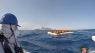 Gerettet: Die italienische Küstenwache sichert Mitte März ein überfülltes Schlauchboot mit Flüchtlingen vor Sizilien